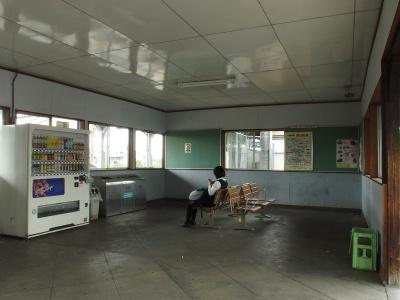 櫟本駅舎内部(待合)