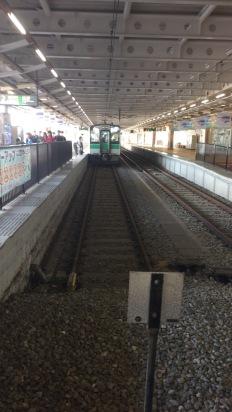 列車が入っているのが2番線