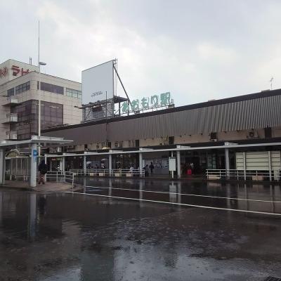 雨の青森駅。蒸し暑い。