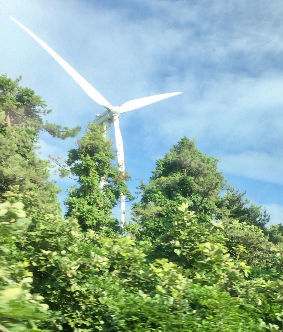 とはいえ、こんなもの(風力発電の風車)は見えたりする。