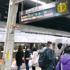 後の列車を待つ人も多い