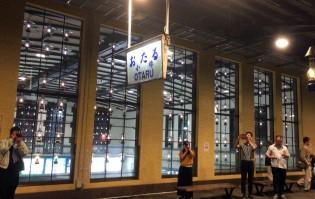 ガラスの向こうは駅入り口の吹き抜け。